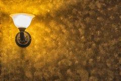 Παλαιός εκλεκτής ποιότητας λαμπτήρας στον τοίχο με το πλαισιωμένο κίτρινο υπόβαθρο Στοκ φωτογραφία με δικαίωμα ελεύθερης χρήσης