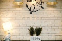 Παλαιός εκλεκτής ποιότητας τουβλότοιχος σε έναν καφέ με τους λαμπτήρες Στοκ Εικόνες