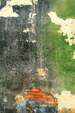 Παλαιός εξωτερικός τοίχος ενός εγκαταλειμμένου εργοστασίου Στοκ εικόνες με δικαίωμα ελεύθερης χρήσης