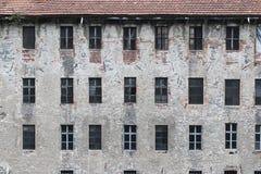 Παλαιός εξωτερικός τοίχος εργοστασίων ή αποθηκών εμπορευμάτων Στοκ Εικόνα