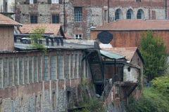 Παλαιός εξωτερικός τοίχος εργοστασίων ή αποθηκών εμπορευμάτων Στοκ εικόνα με δικαίωμα ελεύθερης χρήσης