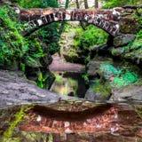 Παλαιός επανδρώνει τη γέφυρα στοκ φωτογραφίες
