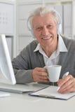 Παλαιός επιχειρηματίας με ένα lap-top Στοκ εικόνα με δικαίωμα ελεύθερης χρήσης