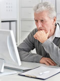 Παλαιός επιχειρηματίας με ένα lap-top Στοκ φωτογραφία με δικαίωμα ελεύθερης χρήσης