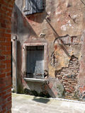 Παλαιός ζωηρόχρωμος τοίχος αποφλοίωσης με τα παράθυρα Στοκ φωτογραφίες με δικαίωμα ελεύθερης χρήσης