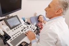 Παλαιός θετικός θυροειδής ανίχνευσης γιατρών στο νοσοκομείο στοκ φωτογραφία