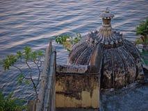 Παλαιός θόλος πετρών σε μια ινδική όχθη της λίμνης Στοκ φωτογραφία με δικαίωμα ελεύθερης χρήσης