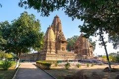 Παλαιός ινδός ναός, που χτίζεται από Chandela Rajputs, επί του δυτικού τόπου στην Ινδία ` s Khajuraho που πλαισιώνεται από τα δέν Στοκ Εικόνες