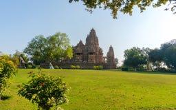 Παλαιός ινδός ναός, που χτίζεται από Chandela Rajputs, επί του δυτικού τόπου στην Ινδία ` s Khajuraho που πλαισιώνεται από τα δέν Στοκ Φωτογραφία