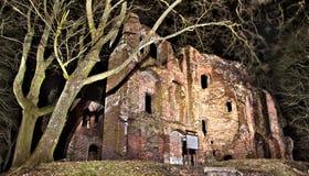 παλαιός κάστρων που κατα&s στοκ φωτογραφία με δικαίωμα ελεύθερης χρήσης