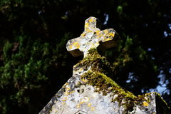 Παλαιός και ξεπερασμένος χριστιανικός σταυρός πετρών στο νεκροταφείο Στοκ φωτογραφίες με δικαίωμα ελεύθερης χρήσης