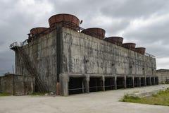 Παλαιός και σκουριασμένος δροσίζοντας πύργος σε έναν σταθμό παραγωγής ηλεκτρικού ρεύματος Στοκ Εικόνα