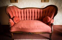 Παλαιός καναπές γιαγιάς Στοκ φωτογραφία με δικαίωμα ελεύθερης χρήσης