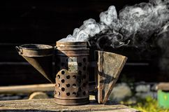 Παλαιός καπνιστής μελισσών στοκ εικόνες