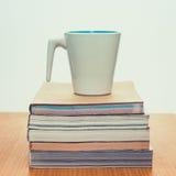 Παλαιός καφές βιβλίων και φλυτζανιών Στοκ φωτογραφία με δικαίωμα ελεύθερης χρήσης