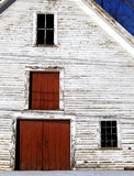 Παλαιός κόκκινοι άσπρος σπιτιών/σιταποθηκών και μπλε Στοκ φωτογραφία με δικαίωμα ελεύθερης χρήσης