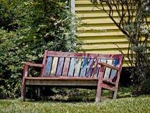 Παλαιός κόκκινος κίτρινος & μπλε ξύλινος πάγκος Στοκ φωτογραφίες με δικαίωμα ελεύθερης χρήσης