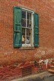 Παλαιός κόκκινος τοίχος σπιτιών με το πράσινο ξύλινο παράθυρο Στοκ Εικόνα