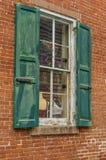 Παλαιός κόκκινος τοίχος σπιτιών με το πράσινο ξύλινο παράθυρο Στοκ εικόνα με δικαίωμα ελεύθερης χρήσης
