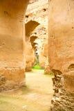 παλαιός Μαροκινός στην πράσινες χλόη και την αψίδα Στοκ φωτογραφία με δικαίωμα ελεύθερης χρήσης