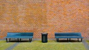 Πάγκος και τουβλότοιχος Στοκ Φωτογραφία
