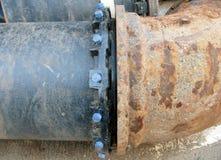 Παλαιός μεγάλος υδροσωλήνας ποτών που ενώνεται με το νέο σωλήνα στοκ εικόνες