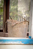 Παλαιός μεταλλικός κάδος στο φρεάτιο νερού Στοκ Φωτογραφίες