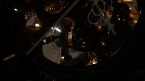 Παλαιός μηχανισμός εργαλείων ρολογιών χρονομέτρων με διακόπτη κλείστε επάνω απόθεμα βίντεο