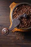 Παλαιός μύλος καφέ και ψημένα φασόλια καφέ Στοκ Εικόνες