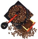 Παλαιός μύλος καφέ κατά τη διάρκεια του αλέθοντας καφέ Στοκ Φωτογραφίες