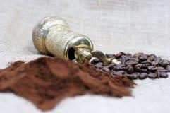 Παλαιός μύλος καφέ με τα φασόλια καφέ και σκόνη Στοκ φωτογραφία με δικαίωμα ελεύθερης χρήσης
