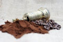 Παλαιός μύλος καφέ με τα φασόλια καφέ και σκόνη Στοκ Φωτογραφία