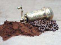 Παλαιός μύλος καφέ με τα φασόλια καφέ και σκόνη Στοκ Εικόνες