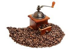 Παλαιός μύλος καφέ με τα φασόλια καφέ Στοκ εικόνα με δικαίωμα ελεύθερης χρήσης