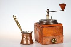 Παλαιός μύλος καφέ με το δοχείο καφέ χαλκού Στοκ Εικόνα