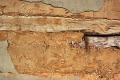 Παλαιός ξύλινος και χωμάτινος τοίχος στοκ φωτογραφία