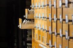 Παλαιός ξύλινος κατάλογος καρτών στη βιβλιοθήκη αρχείων Στοκ εικόνες με δικαίωμα ελεύθερης χρήσης