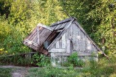 Παλαιός ξύλινος καλά με μια στέγη Στοκ Φωτογραφίες