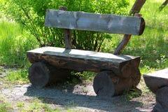 Παλαιός ξύλινος πάγκος μόνος-που γίνεται από τους κορμούς δέντρων Στοκ φωτογραφία με δικαίωμα ελεύθερης χρήσης
