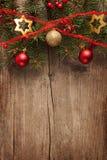 Παλαιός ξύλινος πίνακας με τα σύνορα Χριστουγέννων Στοκ Εικόνες