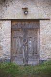 παλαιός ξύλινος πορτών Είσοδος στο εγκαταλειμμένο κτήριο τούβλου Στοκ Εικόνες