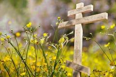Παλαιός ξύλινος σταυρός στον ήλιο Στοκ εικόνα με δικαίωμα ελεύθερης χρήσης