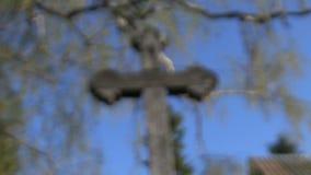Παλαιός ξύλινος σταυρός στο χωριό απόθεμα βίντεο