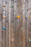 Παλαιός ξύλινος τοίχος αναρρίχησης με τα στηρίγματα λαβής toe και χεριών Στοκ φωτογραφία με δικαίωμα ελεύθερης χρήσης
