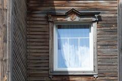 Παλαιός ξύλινος τοίχος με γεμισμένο το τούβλο παράθυρο Στοκ εικόνες με δικαίωμα ελεύθερης χρήσης