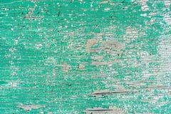 Παλαιός ξύλινος τοίχος με το ραγισμένο και πράσινο χρώμα αποφλοίωσης Στοκ Φωτογραφίες