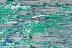 Παλαιός ξύλινος τοίχος με το ραγισμένο και πράσινο χρώμα αποφλοίωσης Στοκ Φωτογραφία