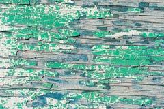 Παλαιός ξύλινος τοίχος με το ραγισμένο και πράσινο χρώμα αποφλοίωσης Στοκ εικόνα με δικαίωμα ελεύθερης χρήσης
