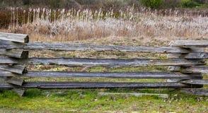 Παλαιός ξύλινος φράκτης στην πλευρά χωρών Στοκ εικόνες με δικαίωμα ελεύθερης χρήσης