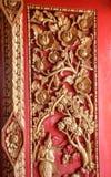 Παλαιός ξύλινος χαρασμένος πόρτα χρυσός της Ταϊλάνδης Στοκ Φωτογραφίες